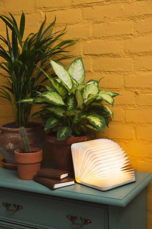 label25-houten-boekenlamp-sfeerfoto1